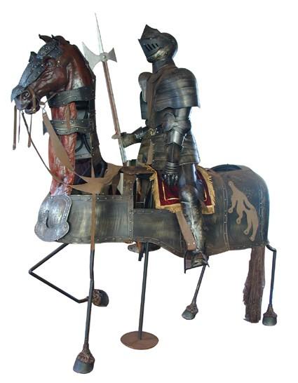 Ritterrüstung lebensgroß auf lebensgroßem eingerüstetem Pferd
