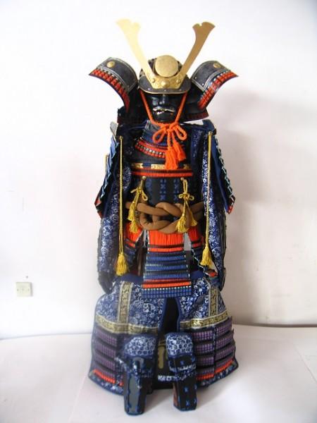 """Samurairüstung von """" Oba Nobunaga"""" auf Holzhiste Höhe 160cm zum Anziehen"""