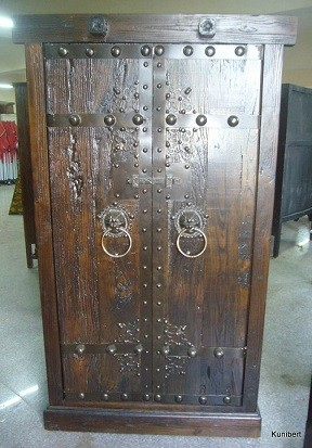 Antiker Schrank mit schweren Eisenbeschlägen Breite106xHöhe179cm