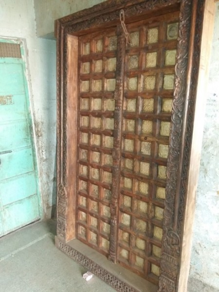 Antike Mittelalterliche Eingangstür mit Messingeinlagen und Komplettem Türrahmen Höhe230xBreite138cm